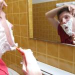 rasage dans la salle de bain
